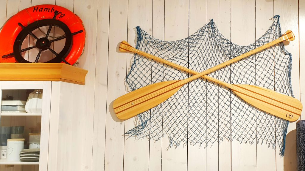Paddles with a fishnet as a decor
